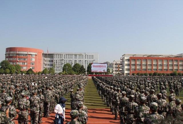 驻马店市实验中学军训会操表演暨表彰大会举行