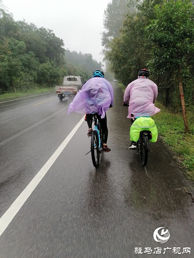 """""""双节下雨 有人这样玩——雨中骑游"""