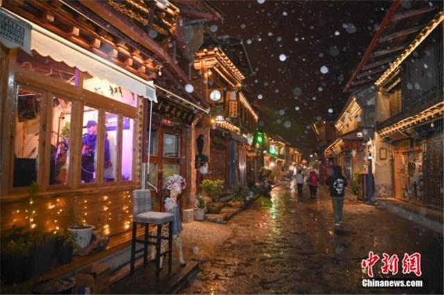 云南香格里拉雪夜古城美如画