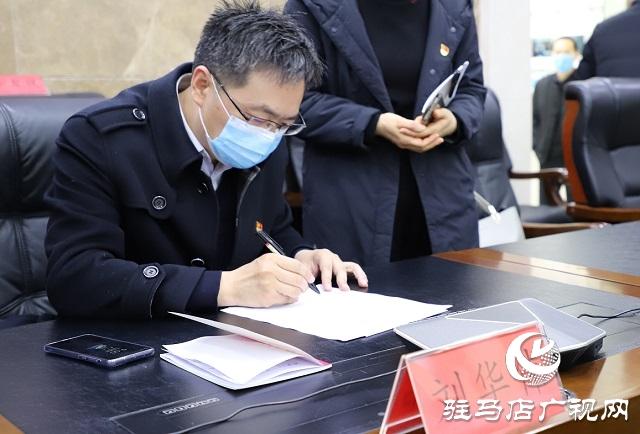 """市政府副秘书长刘华伟现场接听""""12345""""热线"""
