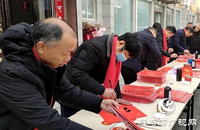 驻马店:义写春联送祝福 浓浓墨香迎新春