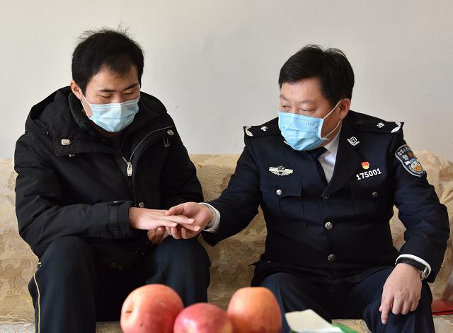 王钦胜到平舆县看望慰问 负伤民警李培伦