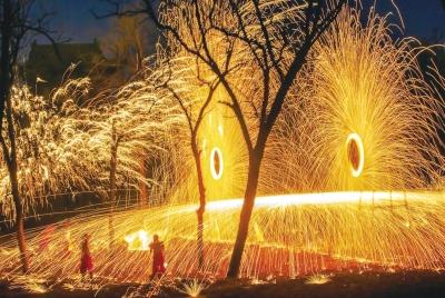 火树银花和观众欢呼声背后 是数不清的烫伤和咬牙坚持