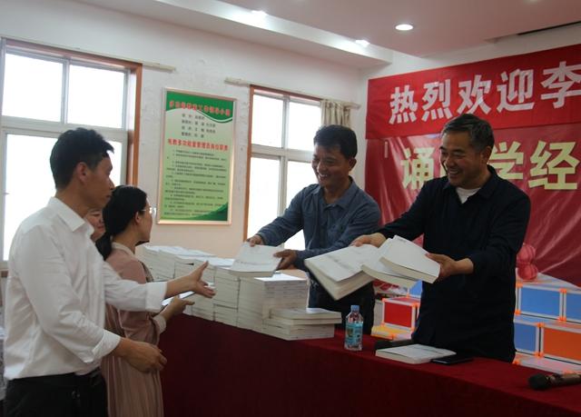 驻马店市新闻工作者李怀民向山区小学捐赠图书
