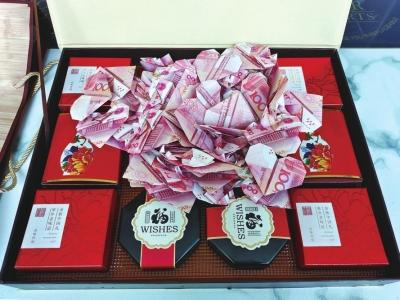 郑州公交司机捡到月饼礼盒,打开一看里面竟有百张叠成心形的百元大钞!背后的故事很浪漫