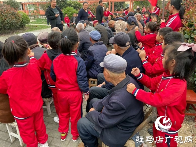 确山:重阳志愿行 共暖老人心