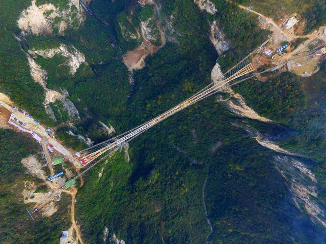 张家界大峡谷玻璃桥合龙 创多项世界之最